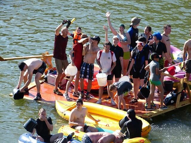 """""""Gemeinsam ein Floß bauen"""" – so lautet die Aufgabe beim erlebnisreichen Outdoor Team-Event"""